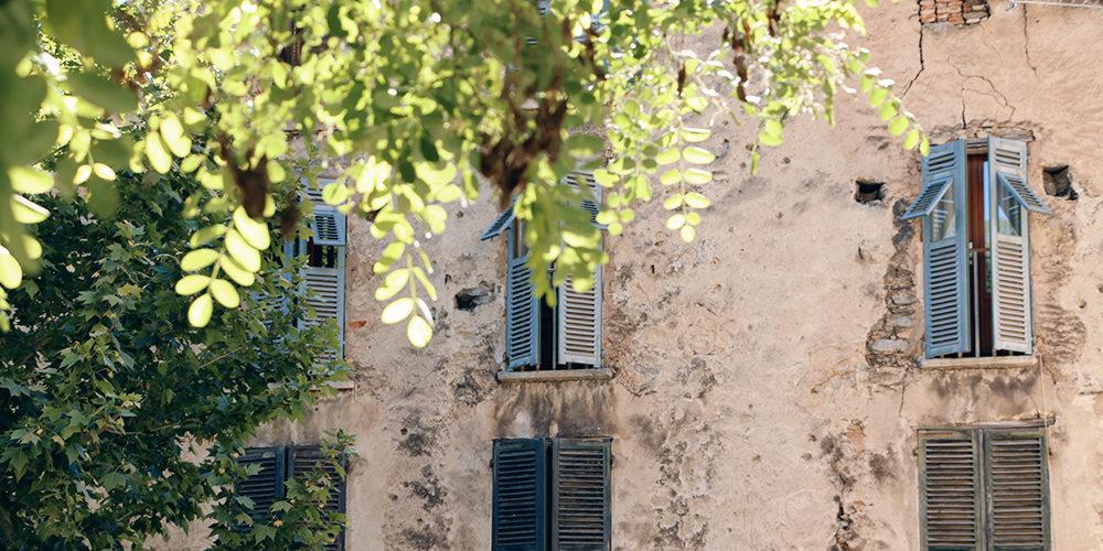 Hotel Dominique Colonna Corte Restonica binnenland Corsica Frankrijk woning centrum luiken façade