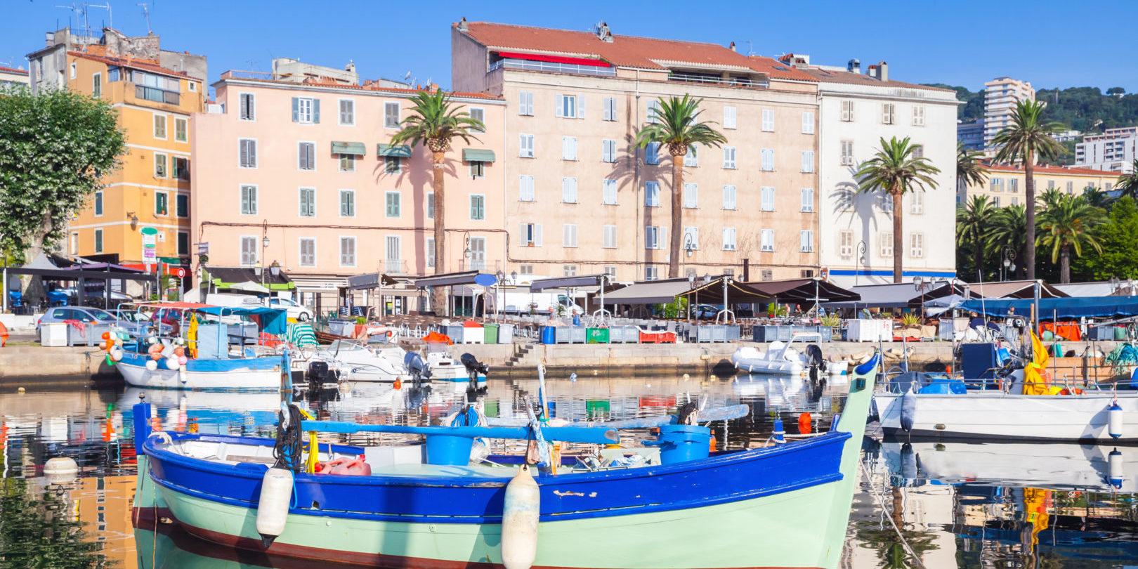 Ajaccio Corsica Frankrijk hoofdstad oude-haven vissersboten wandelpromenade kade terrassen stad water kleurrijk