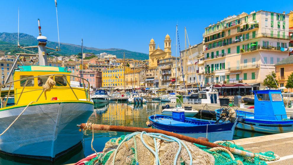 Bastia Corsica Frankrijk haven vissersboten kleurrijk netten touwen wandelpromenade oude-stad