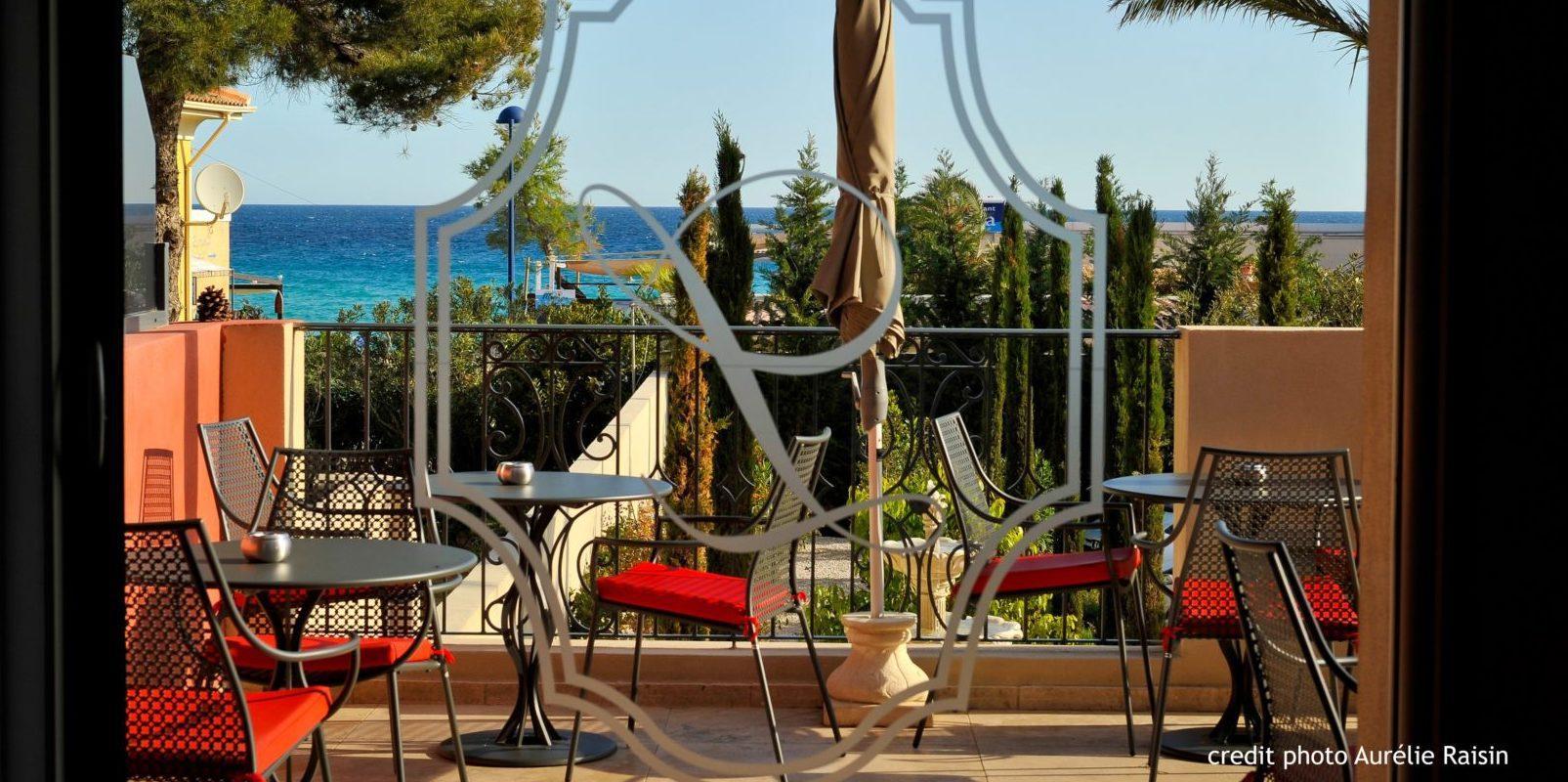 Boutique Hotel Liberata Ile Rousse Balagne Corsica Frankrijk terras zitjes zeezicht uitgezoomd