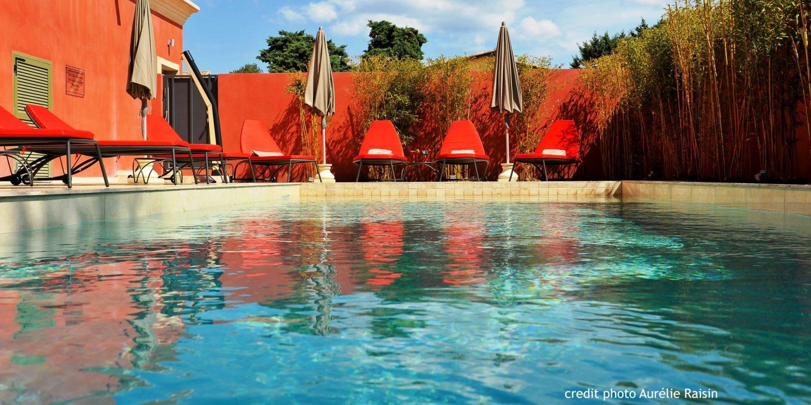 Boutique Hotel Liberata Ile Rousse Balagne Corsica Frankrijk zwembad ligbedden parasols detail
