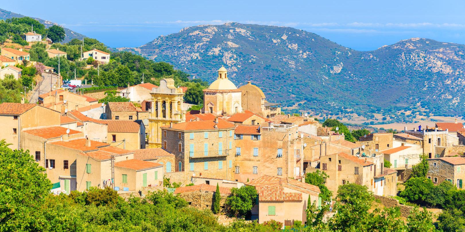 Cateri Balagne Corsica Frankrijk stad heuvel zee groen kleurrijk