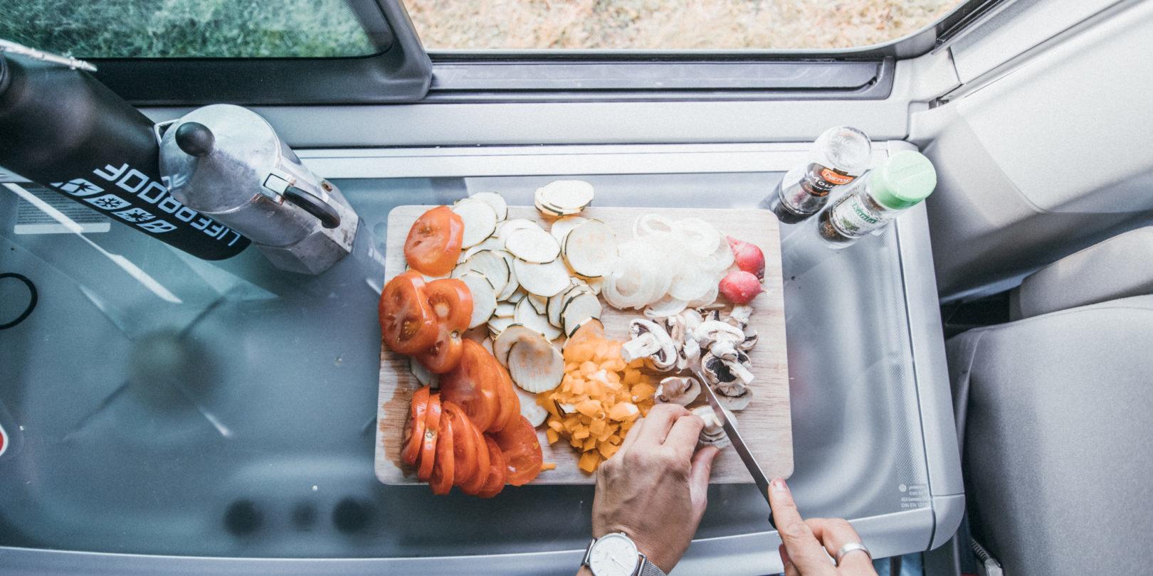 Corsica Frankrijk campervans Blacksheep CALIFORNIA BLACKSHEEP keuken koffie snijwerk