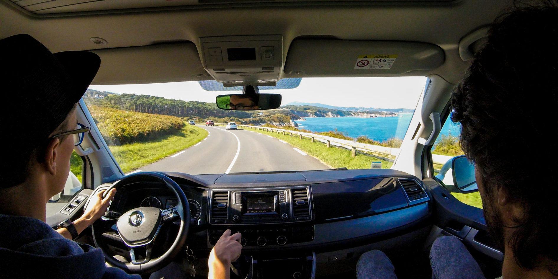 Corsica-Frankrijk-campervans-Blacksheep-CALIFORNIA-BLACKSHEEP-mannen-chauffeur-bijrijder-route-kustweg-on-the-road-road-trip