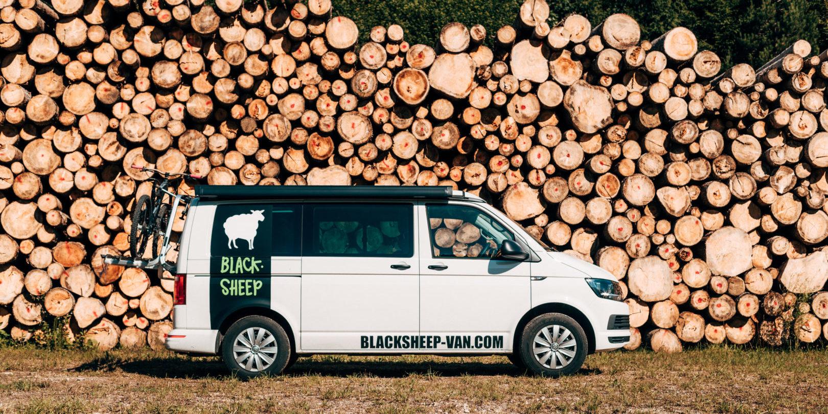 Corsica Frankrijk campervans Blacksheep CALIFORNIA BLACKSHEEP natuur houtblokken boomstammen parkeren