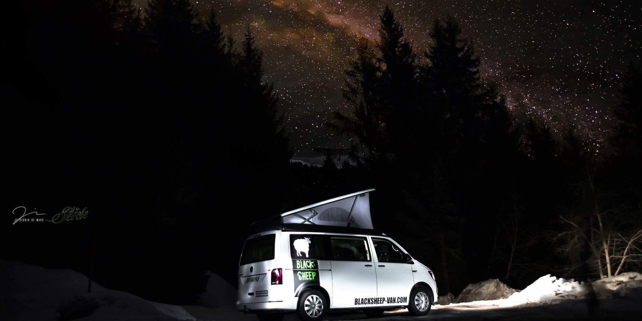 Corsica Frankrijk campervans Blacksheep CALIFORNIA BLACKSHEEP slaapcabine natuur bomen sterrenhemel nacht