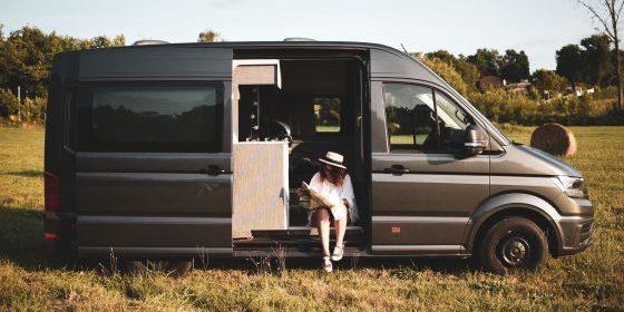 Corsica Frankrijk campervans Blacksheep EXPLORER BLACKSHEEP vrouw weiland hooibalen kaartlezen