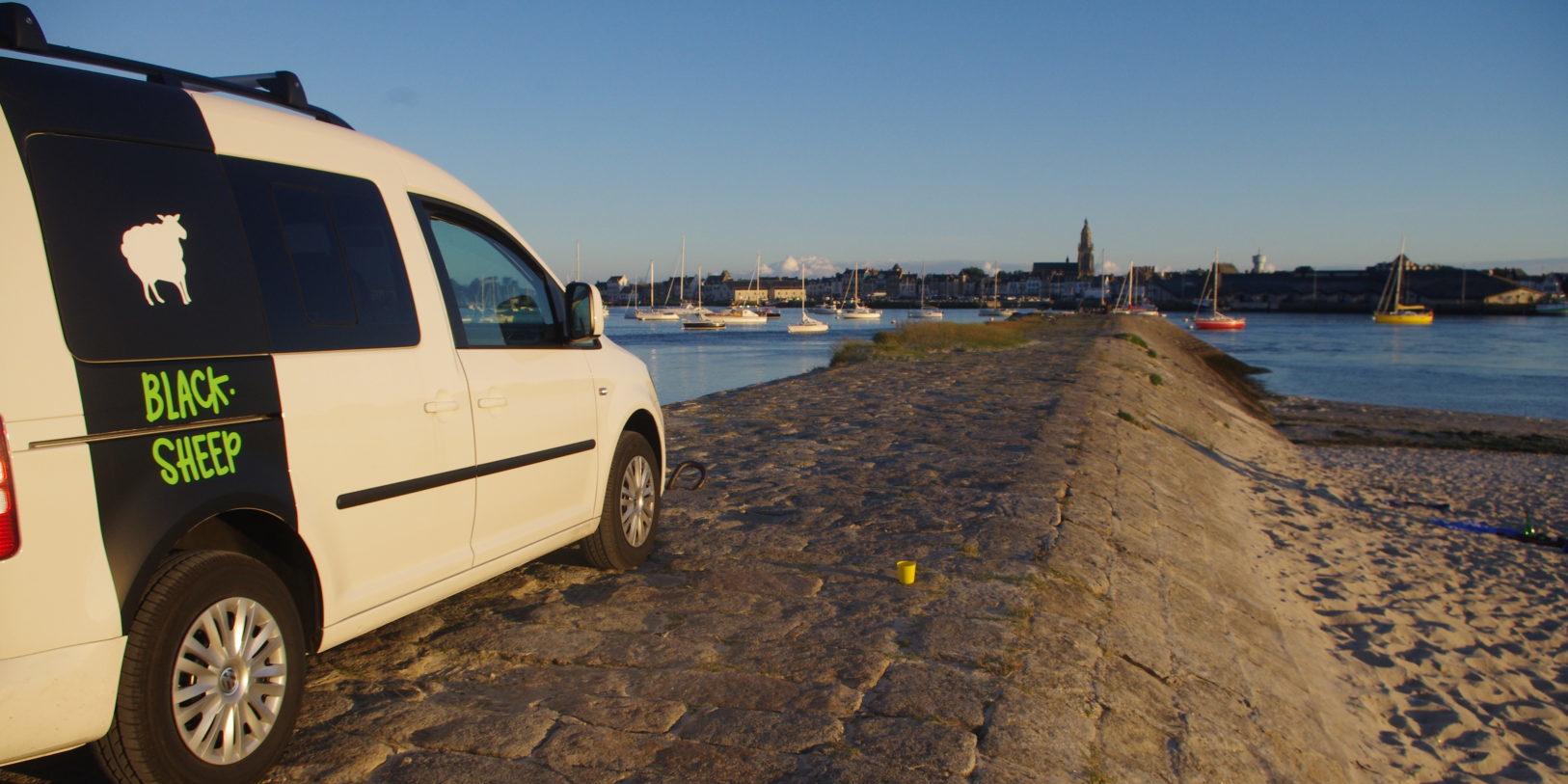 Corsica Frankrijk campervans Blacksheep minivan BLACKSHEEP kade pier water bootjes