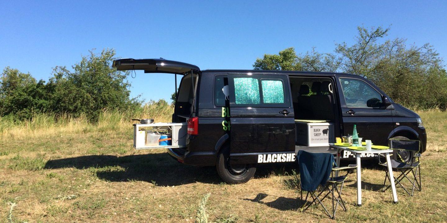 Corsica Frankrijk campervans Blacksheep minivan CLASSIC BLACKSHEEP natuur veld kamperen gedekte tafel