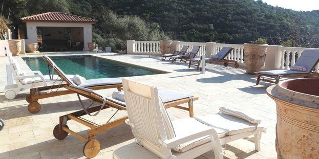 Domaine des Trois Roses bed&breakfast Corsica Frankrijk Cuttoli-Corticchiato Groot-Ajaccio Ajaccio Vallee de la Gravona terras-bij-zwembad ligbedden