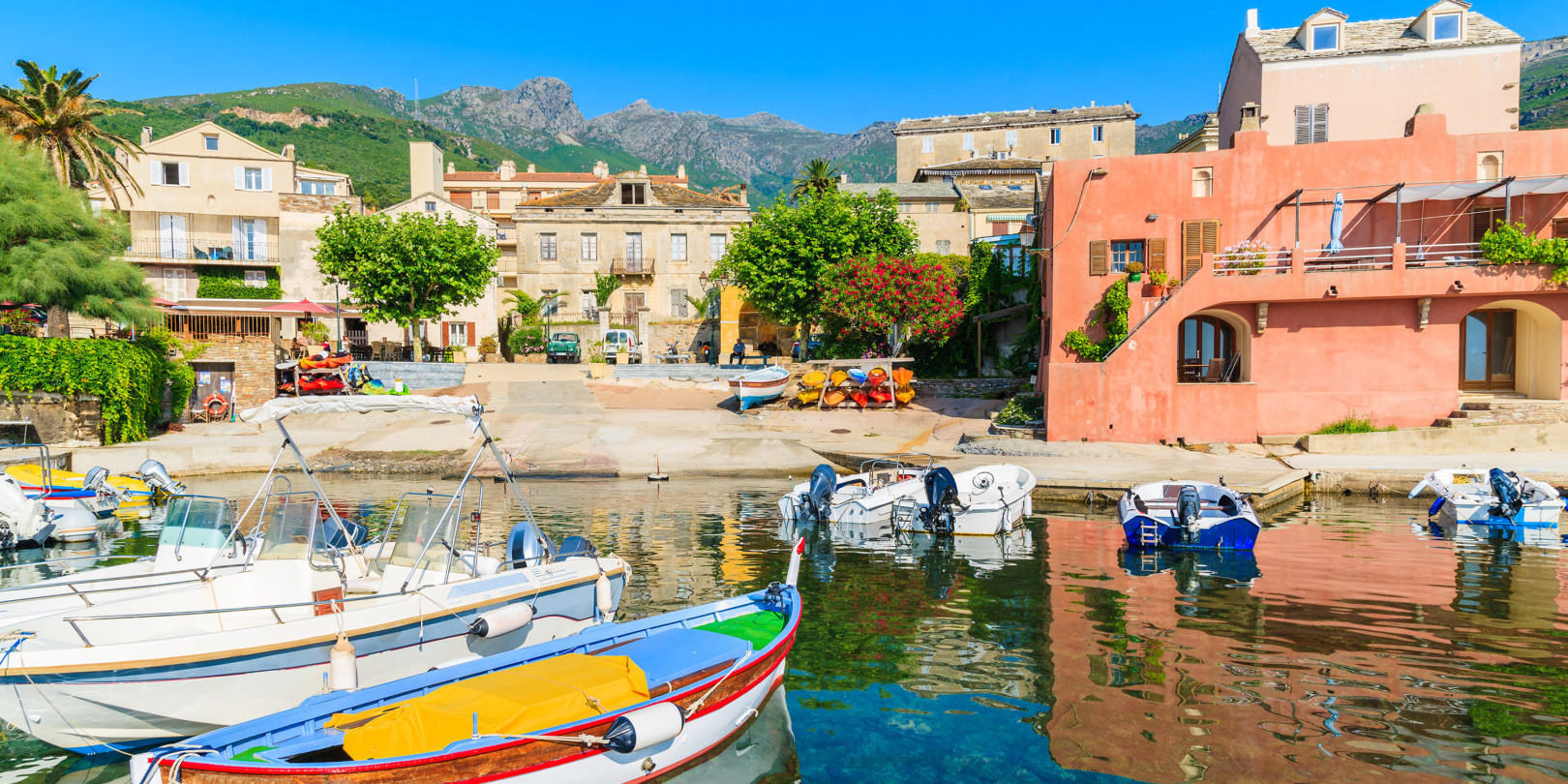 Erbalunga Cap-Corse Capicorsu Corsica Frankrijk haven vissersboten stadje huizen palmbomen kano's kleurrijk