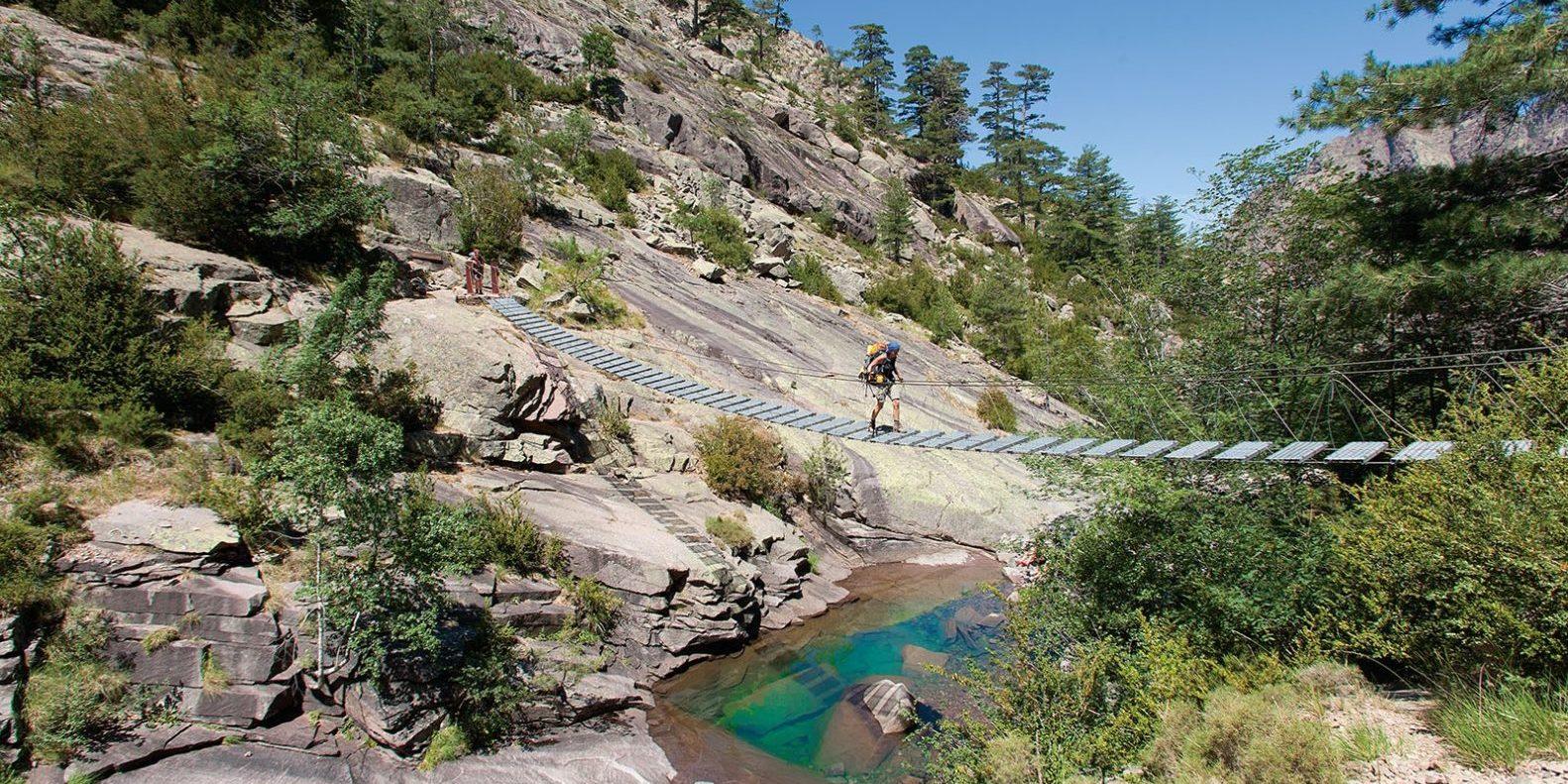 GR20 Corsica Frankrijk loopbrug hangbrug bergen water kloof man wandelaar