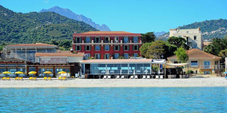 Hotel Liberata Ile Rousse Balagne Corsica Frankrijk strand ligbedden façade hotel