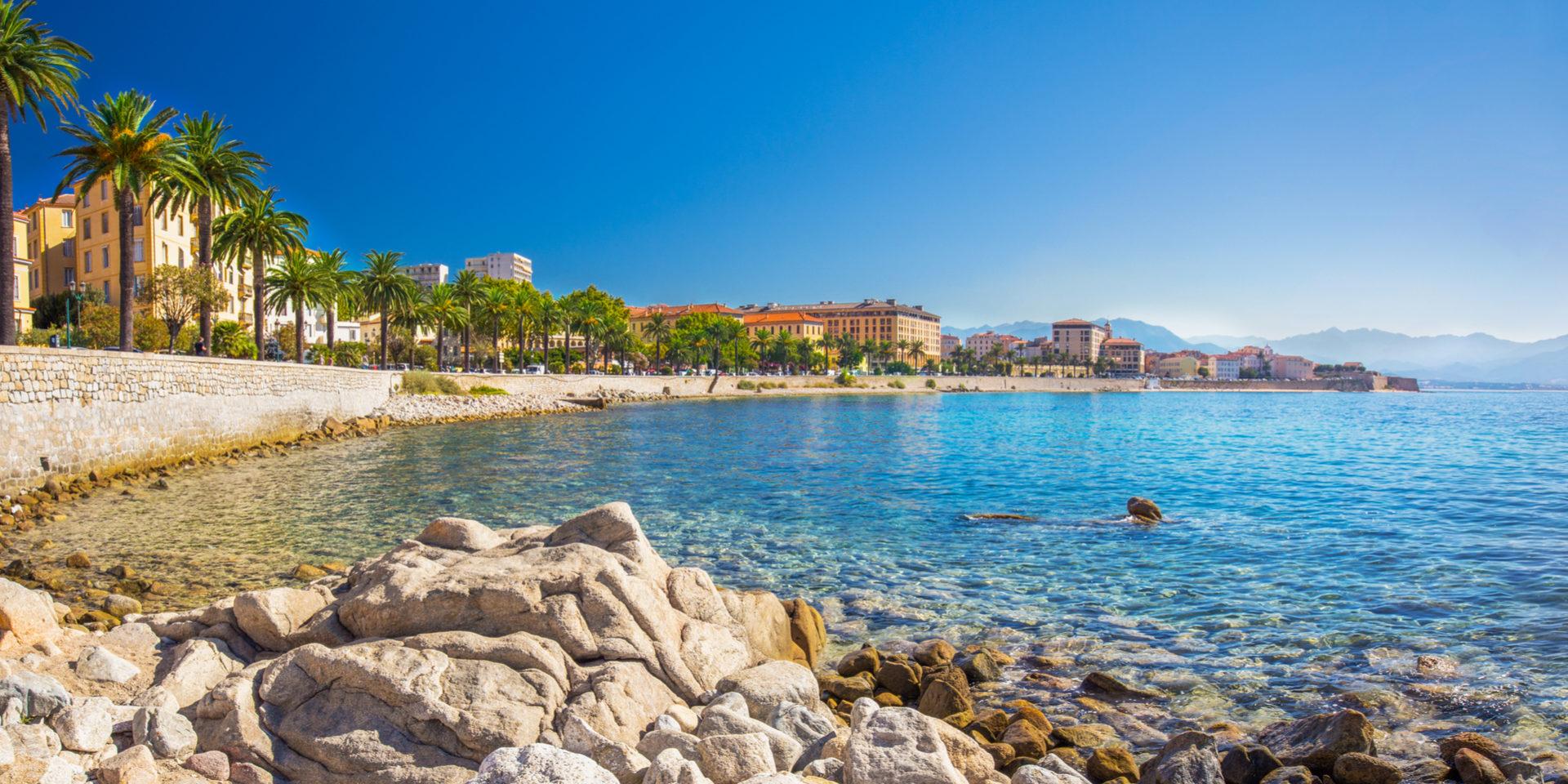 Ajaccio Corsica Frankrijk hoofdstad baai kust zee keien wandelpromenade palmbomen 1920 x 1080