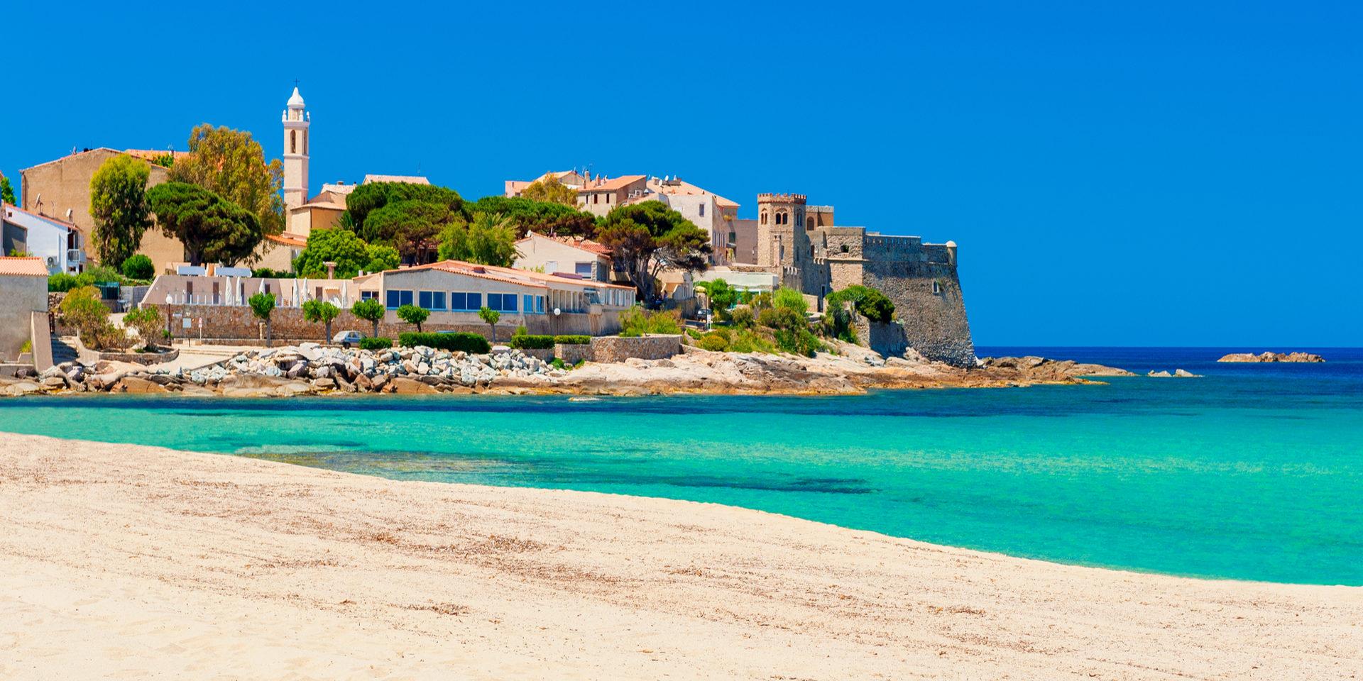 Algajola Corsica Frankrijk noorden kustplaats badplaats strand zee dorp zonovergoten