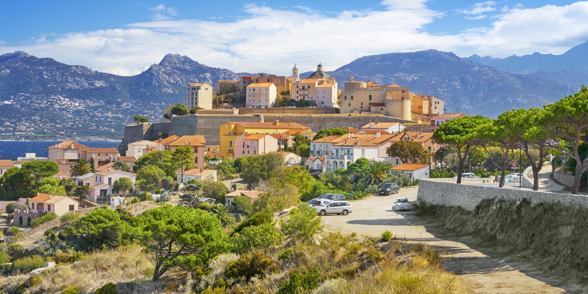 Calvi Balagne Corsica Frankrijk citadel huizen auto's stad zee wandelpad