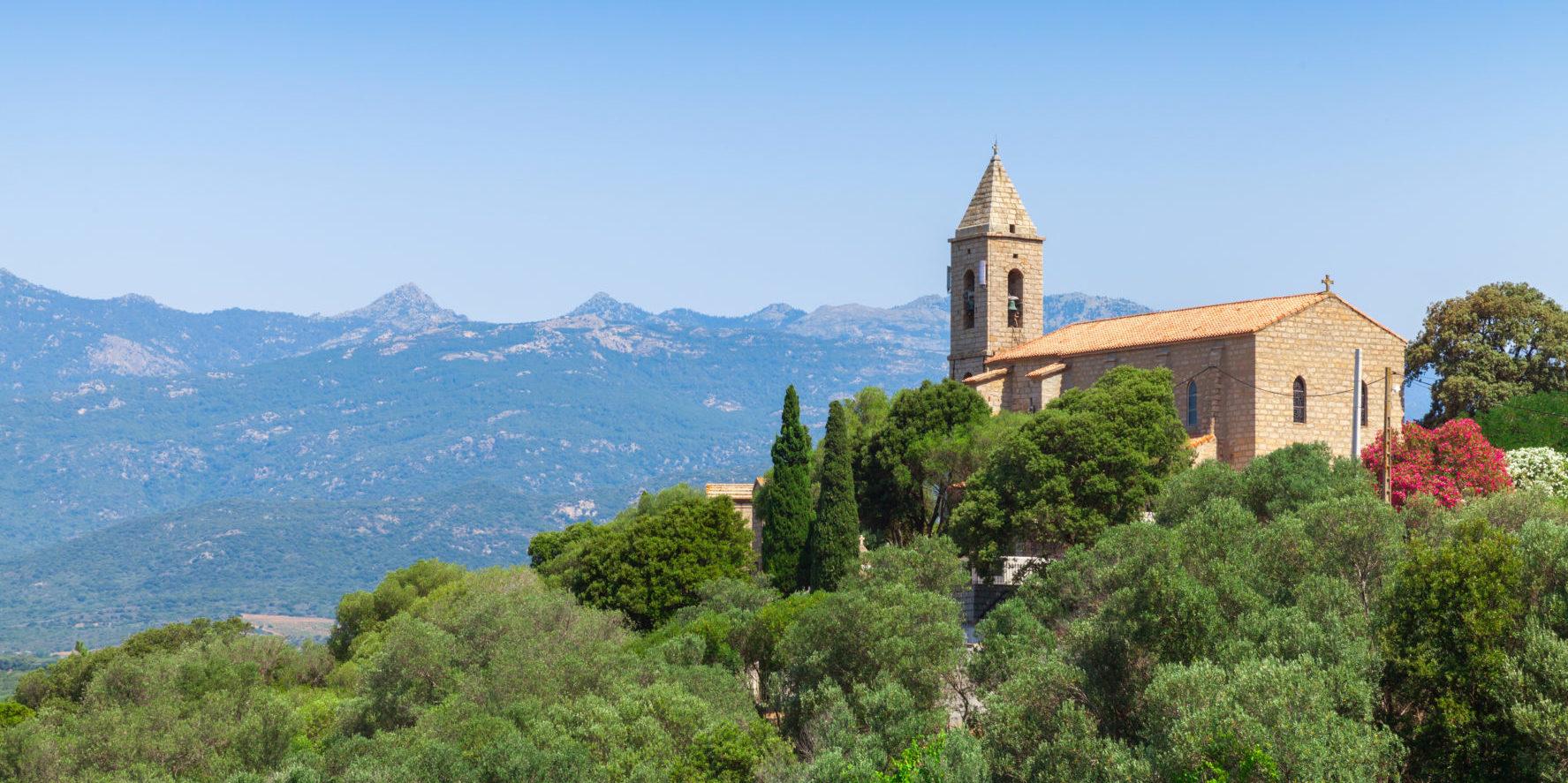 Figari Corsica Franrkijk zuid-Corsica kerk heuvels vallei uitzicht groen