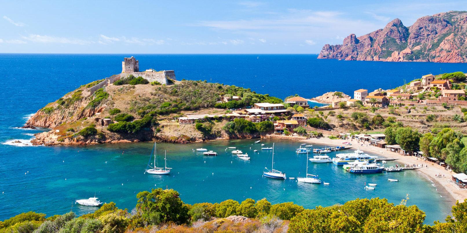 Girolata Scandola Corsica Frankrijk schiereiland baai haven boten zee rotsen