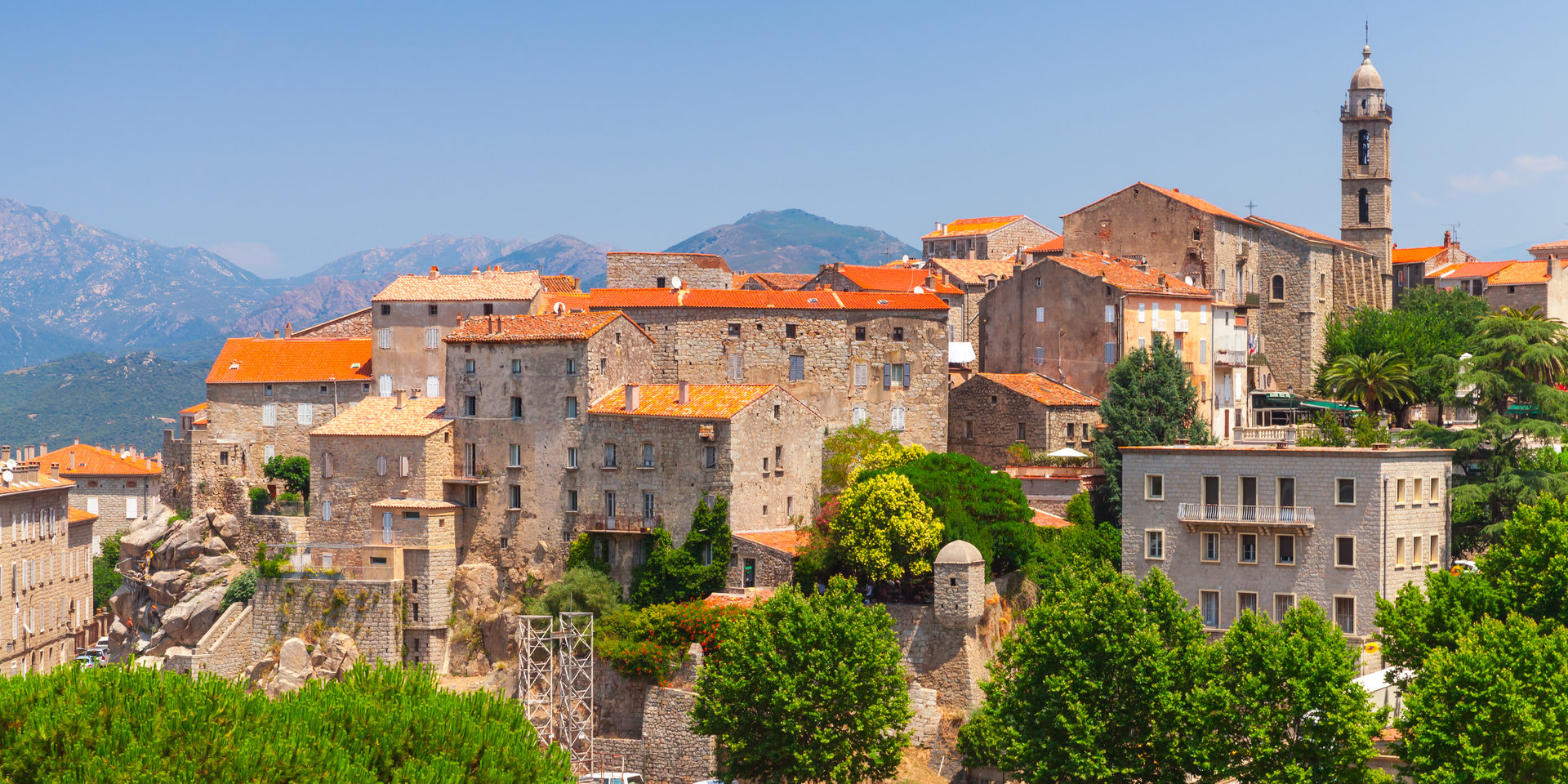 Sartene Corsica Frankrijk stad ligging terracotta-dakpannen