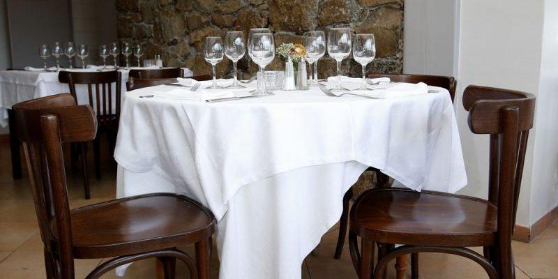 U San Dume Cateri Balagne Corsica Frankrijk restaurant-Chez-Leon eetzaal gedekte-tafel