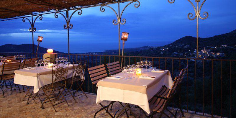 U San Dume Cateri Balagne Corsica Frankrijk restaurant-Chez-Leon terras gedekte-tafels avond kaarslicht romantisch uitzicht