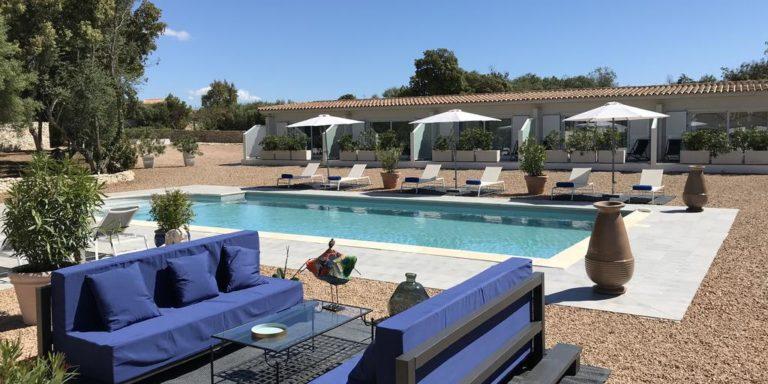 Chambres-dhotes-La-Parenthese-Bonifacio-Corsica-Frankrijk-zwembad-terras-loungebanken-ligbedden-parasols