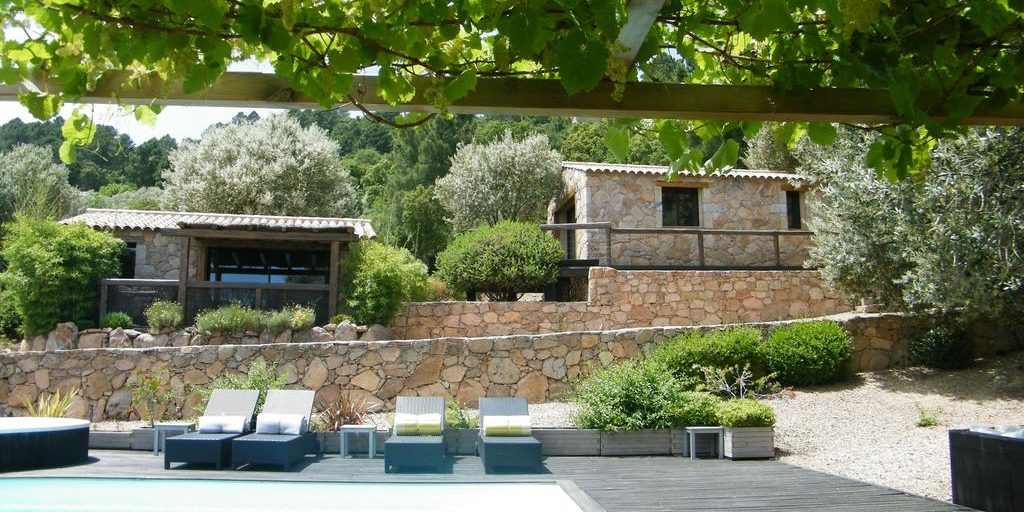 Chambres d'hotes Les Jardins de Mathieu Porto-Vecchio Corsica Frankrijk zwembad zonneterras pergola tuin gebouw schaapskooi