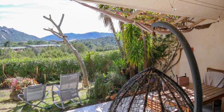 Les Locations de Santa Giulia Baie-de-Santa-Giulia Porto-Vecchio Corsica Frankrijk appartement terras hangstoel