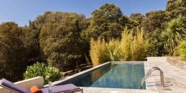 Chambre d'hote Le Ruone Calcatoggio Corsica Frankrijk zwembad zonneterras ligbedden bomen struiken oleander
