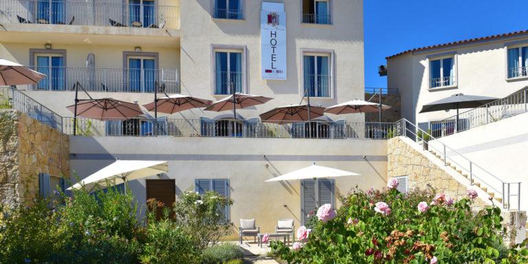 Hotel Casa Murina Porto-Pollo Corsica Frankrijk studio-suite-met-terras-40 m² calla terras-met-zitje tuintje rozen plumbago