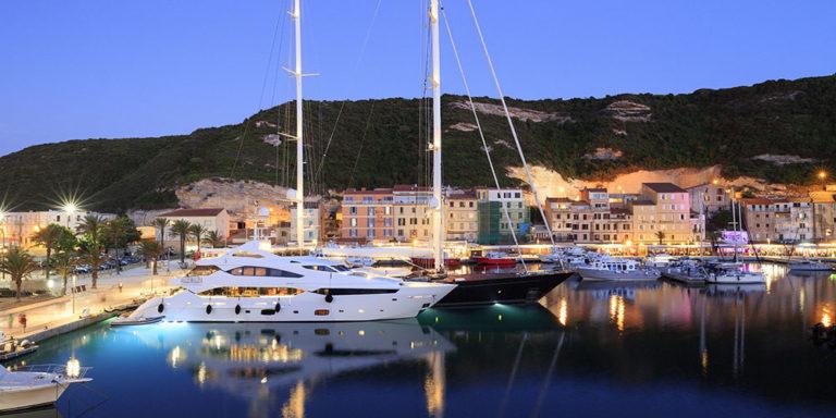 Hotel Centre Nautique Bonifacio Corsica Frankrijk OntdekCorsica haven boten avond lichtjes