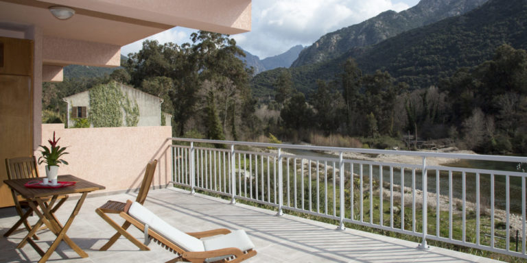 Residence Porto Marine Porto Oto Corsica Frankrijk calanches-de-Piana appartement terras-met-zitje rivierzicht strandstoelen