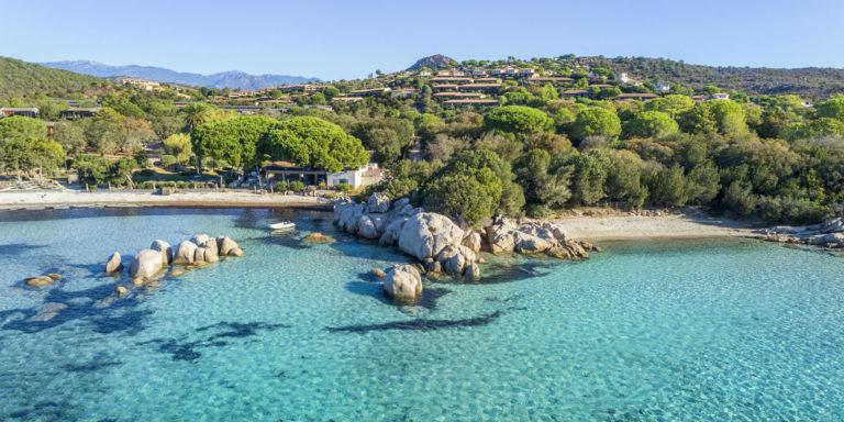 Santa Giulia Palace Porto-Vecchio Corsica Frankrijk Plage-de-Santa-Giulia zee strand rotsen achterland