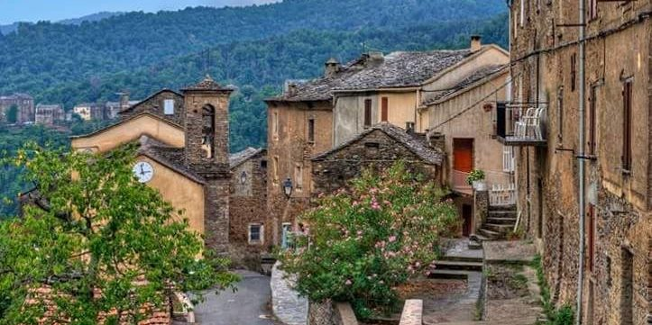U Castellu d'Orezza Carcheto-Brustico Castagniccia Corsica Frankrijk overzichtsfoto dorp straatje huizen